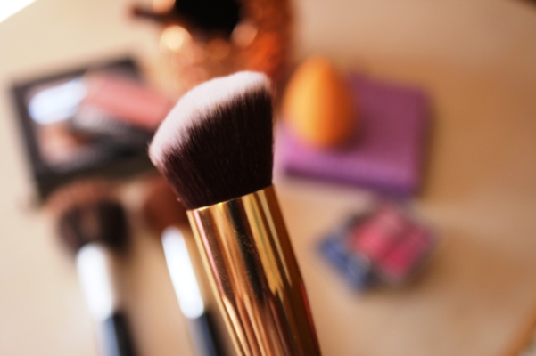 city-girl-vibe-x-glamore-kabuki-angled-brush