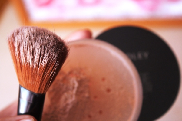 city-girl-vibe-x-yardley-loose-powder-translucent-bare-review
