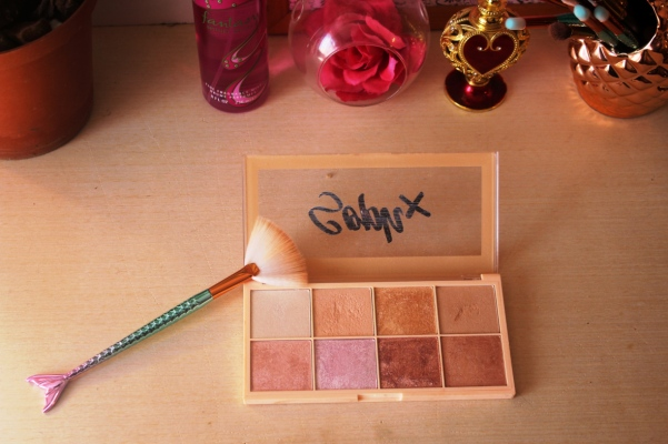city-girl-vibe-soph-x-makeup-revolution-highlighter-palette-review