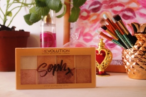 {Review} Soph x Makeup Revolution Highlighter Palette + Makeup Look.