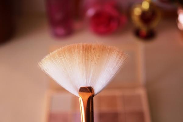 city-girl-vibe-soph-x-makeup-revoution-highlighter-palette-brush-pickup